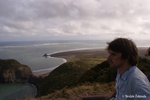 Pierre-Jean pensif sur les hauts de Waitakere Ranges en Nouvelle-Zélande
