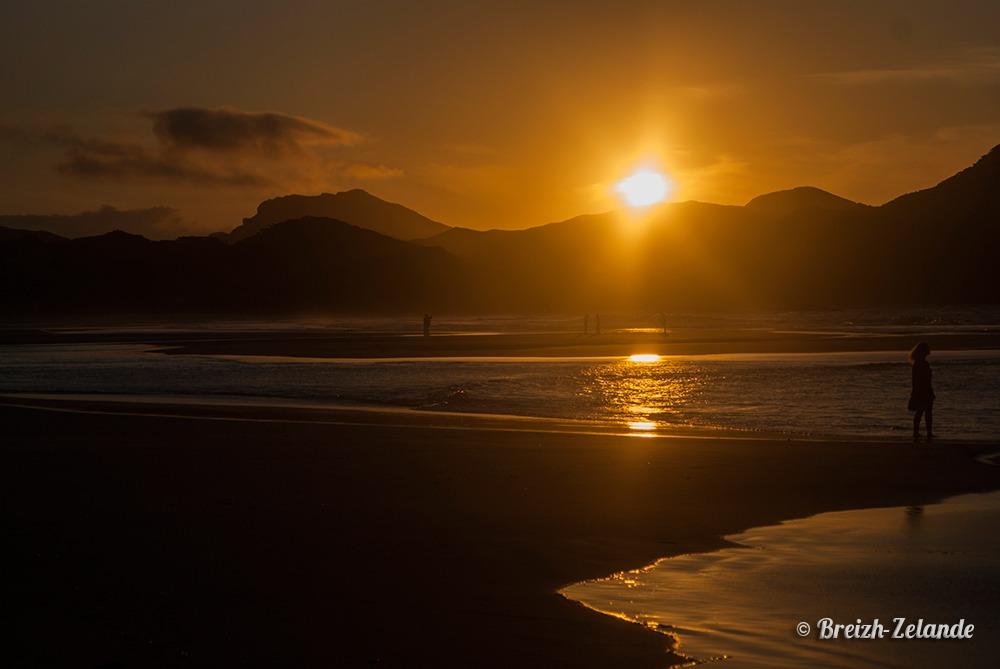 Sunset wharariki beach couché de soleil nouvelle zélande