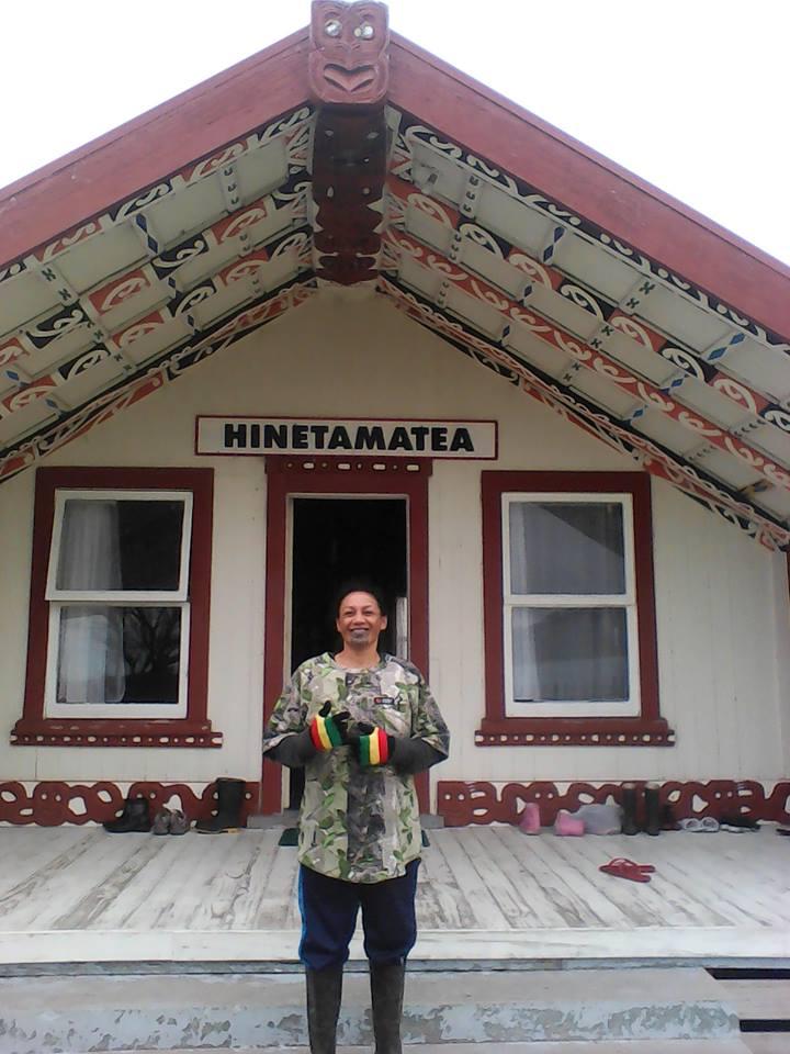 Lisa devant le Marae famille maorie